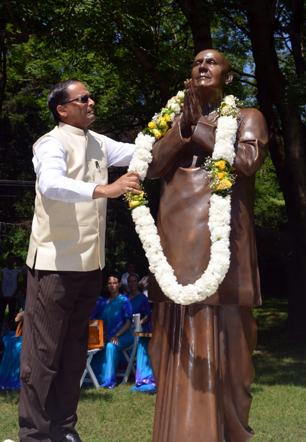 Sri Chinmoy szobor